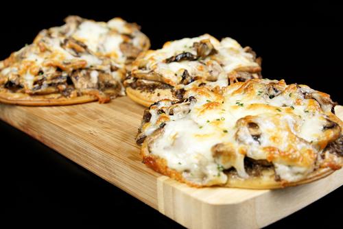 Mini pizza de trufa, champiñones y quesos, Macadamia