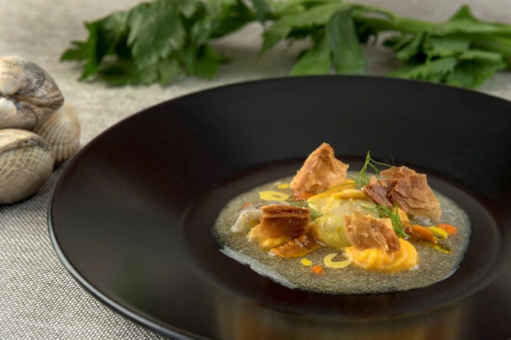 La bullabesa en frioErizo, berberecho y galeras, parmentier de calabaza, hinojo, hojaldre y el licuado de mar y las verduras de la bullabesa