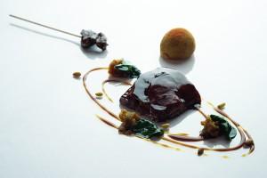 Cordero lechal lacado, chutney de tomate y espinacas